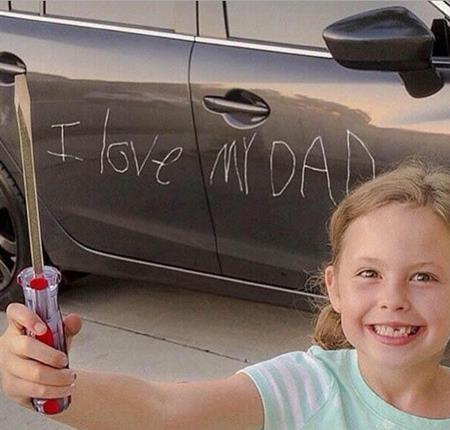 """Màn bày tỏ tình yêu của con trên thân xe ô tô chắc chắn sẽ làm cha """"khóc dở mếu dở"""""""