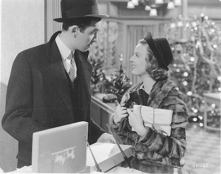 """""""The shop around the corner"""" cũng là một bộ phim vô cùng thú vị cho ngày lễ Giáng sinh với hai nhân vật chính là Janes Stewart và Margaret Sullavan. Vốn là hai đồng nghiệp rất ghét nhau nhưng thật bất ngờ, James Stewart và Margaret Sullavan lại trở thành bạn thân qua thư và cả hai đều không hề hay biết rằng họ ở đối diện nhà nhau và làm cùng một cơ quan."""