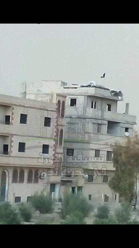 Lá cờ IS bay trên nóc nhà ở Thành cổ Palmyra.