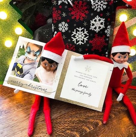 Nữ diễn viên Sarah Michelle Gellar còn đặc biệt sắp xếp cho những chú lùn giúp việc của ông già Noel cầm tấm thiệp đáng yêu có hình cô con gái Charlotte, 7 tuổi