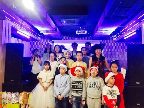 Các cháu nhỏ học giỏi được tặng Quà Giáng sinh và Năm mới