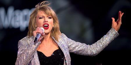 """Taylor Swift cũng là một ngôi sao liên tiếp dính phải các lùm xùm đời tư trong năm qua. Tuy vậy, cựu công chúa nhạc đồng quê vẫn luôn là tâm điểm của làng âm nhạc thế giới. Dư âm từ thành công rực rỡ của tour diễn """"1989"""" cùng hàng loạt các hợp đồng quảng cáo béo bở cũng giúp cho Taylor Swift dễ dàng góp mặt trong danh sách những giọng ca có thu nhập """"khủng"""" nhất hành tinh."""