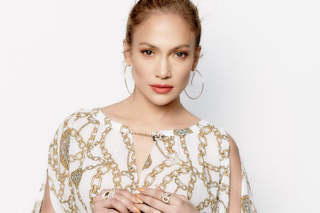 """""""Siêu vòng 3"""" J.Lo là một ngôi sao cực kỳ quan tâm tới việc làm đẹp và thường xuyên học tập những bí quyết làm đẹp từ các ứng dụng trang điểm. Ngoài ra, nữ ca sĩ cũng đặc biệt quan tâm tới việc chăm sóc da dẻ."""