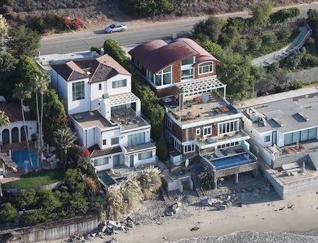 … và nằm ngay sát bờ biển Malibu