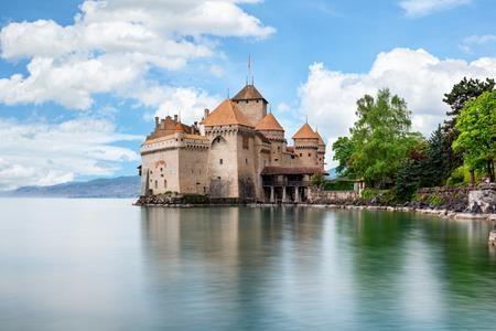 Lâu đài Chillon ở Thụy Sĩ với lối kiến trúc kết hợp hài hòa với đại dương chính là điểm dừng chân lý tưởng nhất cho nàng tiên cá nếu nhân vật đáng yêu này muốn bước ra ngoài đời thực