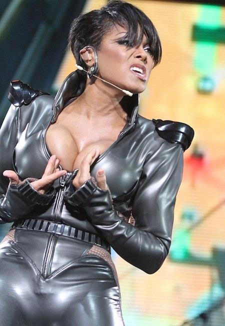 """Janet Jackson đã """"đoạn tuyệt"""" với những bộ cánh hở bạo"""