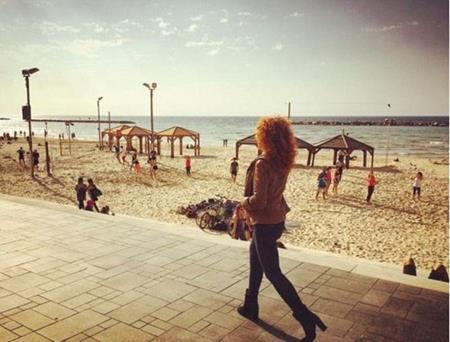 Yvonne dạo bước trên bãi biển ở Tel Aviv, Israel