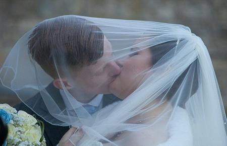 Nụ hôn ngọt ngào của cô dâu chú rể
