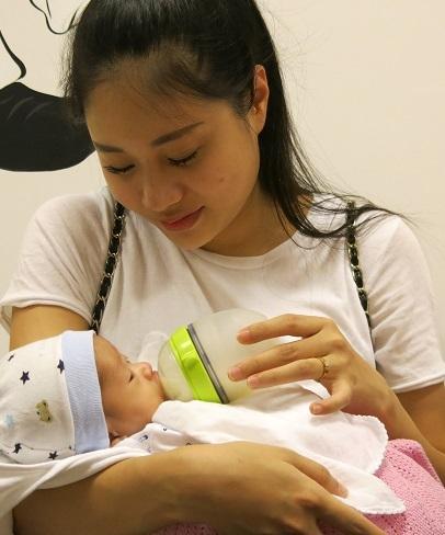 Sau bao ngày lo lắng, giờ đây người mẹ trẻ rất hạnh phúc khi thấy con khỏe mạnh.