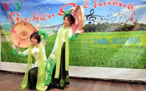 Hai mẹ con chị Minh Hậu biểu diễn múa.