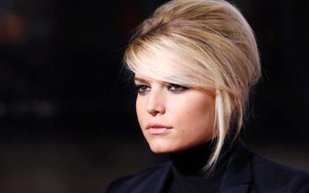 """Thương hiệu Jessica Simpson Collection do chính nữ ca sĩ sáng lập ra hồi năm 2006 đã liên tiếp gặt hái được thành công nhờ định hướng phát triển đúng đắn và quan tâm tới nhu cầu của người tiêu dùng trên toàn thế giới. Ước tính, hàng năm thương hiệu của Jessica Simpson """"cá kiếm"""" được tới 1 tỷ đô la, riêng nữ ca sĩ cũng """"bỏ túi"""" khoảng 10 triệu đô la và nâng giá trị khối tài sản hiện có lên tới con số 150 triệu đô la Mỹ."""