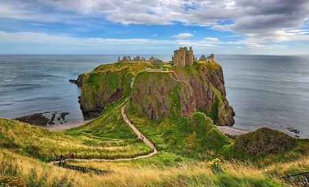 """Tòa lâu đài Urquhart """"chênh vênh"""" trên vách đá ngay bên hồ Lock Ness, Scotland được coi là một sự lựa chọn hoàn hảo cho cả gia đình """"Công chúa tóc xù"""" Merida"""