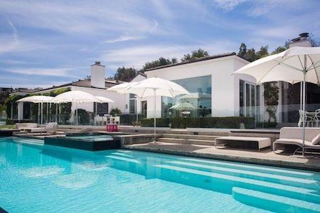 """Bể bơi tuyệt đẹp càng giúp cho siêu dinh thự """"ghi điểm"""" tuyệt đối"""
