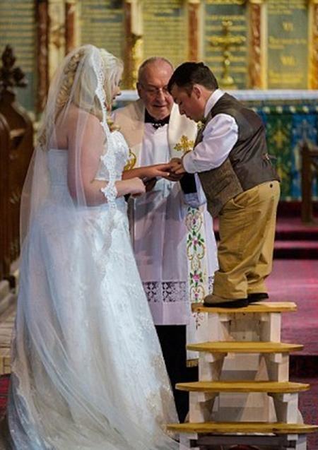 Lusted trao nhẫn cưới cho cô dâu