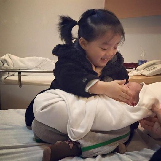 MC Minh Trang rất chú ý tới việc gắn kết hai con bằng cách để con gái Daisy thể hiện khả năng chị lớn.