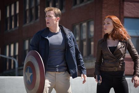 """Hãng Marvel đã thêm một lần khiến các fan hâm mộ phải sửng sốt và vui sướng khi cho ra mắt phần hai của Captain America vào năm 2014. Không chỉ vượt xa tầm vóc của phần 1, phần phim """"Captain America: The winter soldier"""" vừa khai thác hình tượng người anh hùng theo cách đa diện lại vừa tạo ra bước ngoặt cho cả vũ trụ điện ảnh của Marvel."""
