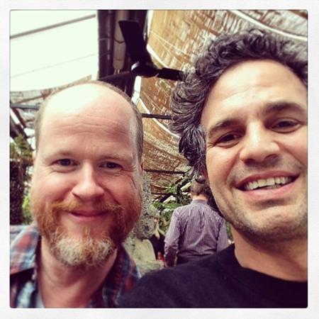 """""""Hulk"""" Mark Ruffalo hết sức hiền lành khi đứng bên đạo diễn của bom tấn """"Avengers: Age of Ultron"""", Joss Whedon"""