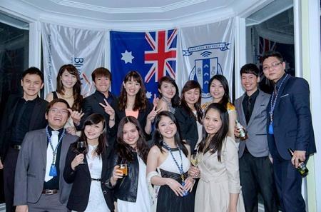 """Thuý Anh cùng các bạn cùng lớp trong buổi tiệc """"Key Ceremony"""" của Blue Mountains"""