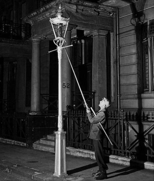 Nghề thắp đèn đã tồn tại trong khoảng thời gian dài cho tới khi đèn điện xuất hiện.