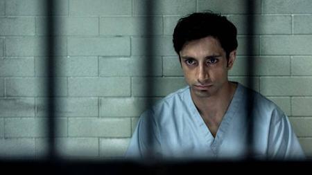 """Làm lại từ tác phẩm """"Criminal justice"""" của đài BBC, """"The night of"""" kể về một đêm định mệnh của nhân vật chính Naz. Sau khi qua đêm với một người phụ nữ lạ mặt, Naz tỉnh dậy và phát hiện xác của cô gái đó bị đâm nhiều nhát cho đến chết còn bản thân anh bị kết tội giết người. Hành trình minh oan của Naz cũng là hành trình bộ phim đưa người xem đi từ bất ngờ này đến bất ngờ khác và để lại nhiều bài học thấm thía đến ám ảnh."""