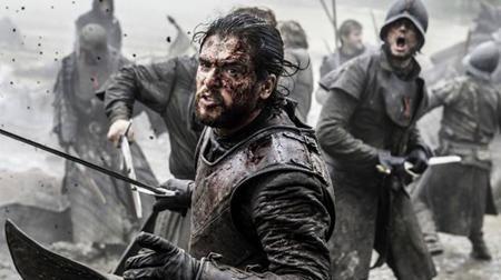 """Đã lên sóng tới 6 phần nhưng siêu phẩm """"Game of Thrones"""" vẫn chưa hề nguôi ngoai sức nóng với khán giả xem truyền hình. Luôn duy trì được tỉ suất người xem cao ngất ngưởng, """"Game of Thrones"""" còn thống trị lễ trao giải Emmy năm nay với tổng cộng 12 chiến thắng, trong đó có giải thưởng quan trọng Phim truyền hình chính kịch xuất sắc. Hiện tại, """"Game of Thrones"""" là series chính kịch thành công nhất trong lịch sử Emmy với 38 giải thưởng lớn nhỏ và mùa phim thứ 7 được trình chiếu vào hè năm sau cũng đang thu hút được vô vàn sự chú ý."""