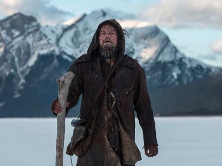 """""""The Revenant"""" không chỉ gặt hái được thành công vang dội về mặt doanh thu với hơn 500 triệu đô la mà tác phẩm của đạo diễn Alejandro González Iñárritu còn giúp nam tài tử Leonardo DiCaprio có cơ hội được lần đầu tiên nâng cao tượng vàng Oscar danh giá."""