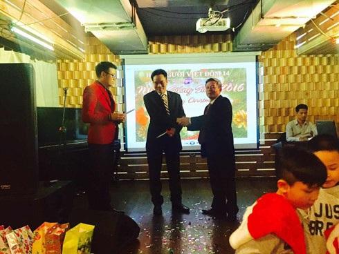 Ông Nguyễn Văn Tràng nhận quà tặng học sinh giỏi thay con gái và bày tỏ niềm vui khi tham gia các hoạt động ở Đôm 14