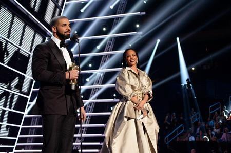 """Hồi tháng 8 vừa qua, Drake đã """"đốn tim"""" người hâm mộ bằng màn tỏ tình lãng mạn và ngọt ngào với Rihanna trong lễ trao giải âm nhạc MTV 2016. Ngôi sao người Canada thú nhận đã thầm thương cô bạn thân suốt nhiều năm trời và cuối cùng, tình cảm cùng sự chân thành của Drake lay động được con tim của Rihanna. Tình yêu đẹp như tiểu thuyết của Rihanna và Drake đã được các fan ủng hộ nhiệt tình, chỉ tiếc rằng sau đó, cặp sao lại """"đường ai nấy đi"""" trong sự ngỡ ngàng và nuối tiếc của đông đảo công chúng."""