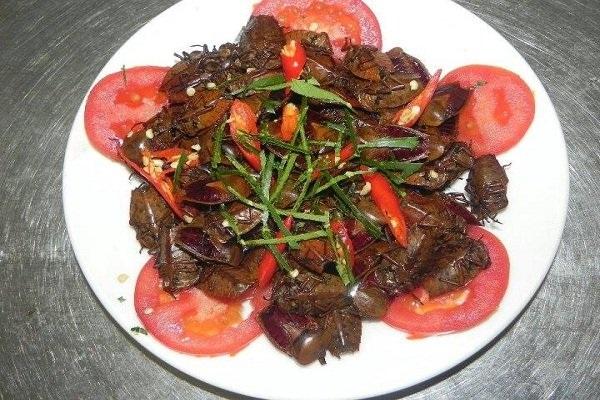 Món bọ xít được anh Thắng chế biến theo nhu cầu khách hàng với giá 70 ngàn/đĩa.