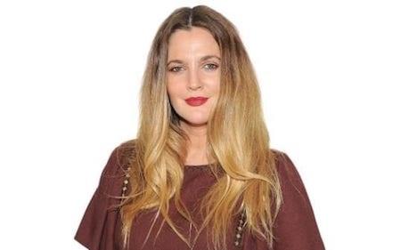 """""""Thiên thần của Charlie"""" Drew Barrymore là một nữ diễn viên tuyệt vời, một nhà sản xuất tài năng và là một doanh nhân nức tiếng. Nhãn hiệu mỹ phẩm Flower Beauty của nữ diễn viên chỉ mới ra mắt từ năm 2013 nhưng đã đạt được mức tăng trưởng vượt bậc, đặc biệt trên các thị trường Bắc Mỹ, Châu Âu, Úc và Trung Quốc. Nhờ việc kinh doanh ăn nên làm ra mà hiện tại, giá trị khối tài sản do Drew Barrymore sở hữu đã lên tới con số 125 triệu đô la."""