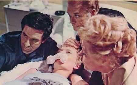 """""""Rosemarys baby"""" có nội dung phim kể về cặp vợ chồng trẻ sống tại New York trong những năm cuối của thập niên 60, với sự khát khao có con của người vợ và khát vọng được nổi tiếng của người chồng. Sau bao nỗ lực, Rosemary cuối cùng cũng có thai theo như mong muốn nhưng chính đứa bé lại là nguồn gốc của mọi bi kịch. Mặc dù không có cảnh tượng rùng rợn theo kiểu phim kinh dị thường thấy hiện nay nhưng """"Rosemarys baby"""" vẫn luôn được đánh giá là một trong những tác phẩm kinh dị hay nhất mọi thời đại."""