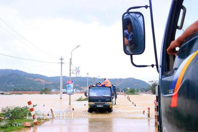 Bình Định: Dân sợ băng dòng lũ, xe tải kiếm tiền triệu mỗi ngày - 5