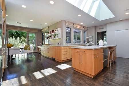 Phòng bếp hiện đại và tràn ngập ánh nắng