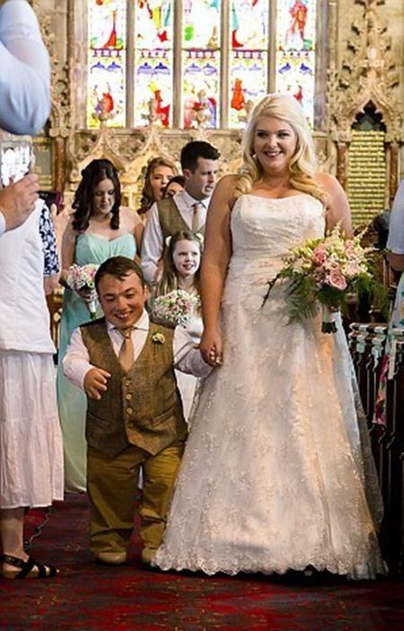 Cặp đôi hạnh phúc sánh bước bên nhau