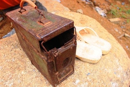 Mỗi ngày, các thợ chẻ đá gồng mình trước bụi đá, tiếng ồn… ảnh hưởng rất lớn đến sức khỏe. Có nhiều người bị thương, thậm chí bỏ mạng vì nghề này.