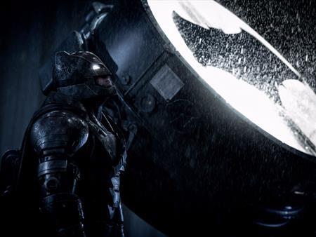 """Bị giới phê bình chê tơi tả nhưng """"Batman v Superman: Dawn of justice"""" vẫn được số đông khán giả đón nhận với bằng chứng rõ nét nhất là hơn 870 triệu đô la doanh thu phòng vé toàn cầu."""