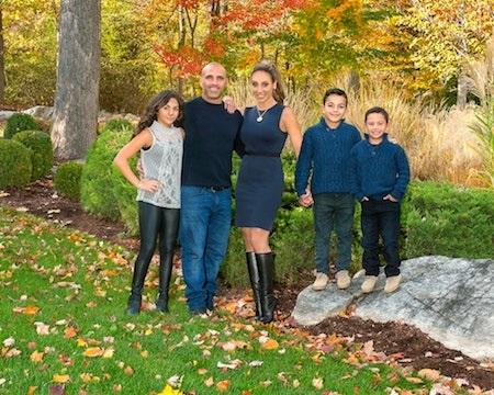 """Ngôi sao của """"Real housewives of New Jersey"""", Melissa Gorga hạnh phúc khoe tấm thiệp với bức ảnh gia đình hết sức ấm cúng"""