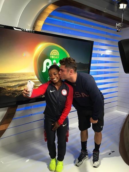 """Zac Efron quả thực là một ngôi sao may mắn khi có cơ hội trao một nụ hôn nồng thắm lên má Simone Biles, nhà vô địch Olympic Rio 2016. Trong khi Zac Efron có cơ hội được chúc mừng Simone Biles vì đã mang về tới 4 huy chương vàng cho đoàn thể thao Mỹ thì """"nữ hoàng"""" môn thể dục dụng cụ từ lâu cũng đã là một fan """"cuồng"""" của Zac Efron và cô nàng hết sức hạnh phúc khi được chụp hình cùng thần tượng."""