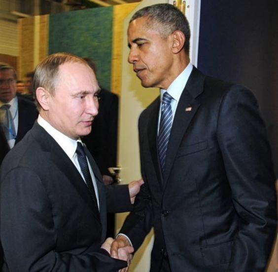 Ánh mắt hờ hững giữa tổng thống 2 nước Nga – Mỹ tại hội nghị chống biến đổi khí hậu ở Paris ngày 30-11-2015. Ảnh: AP