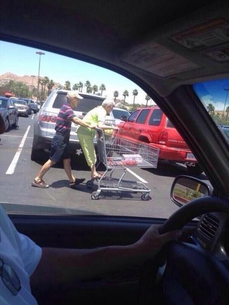 Đi mua sắm cũng tranh thủ tình cảm