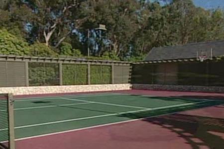 … sân tennis…