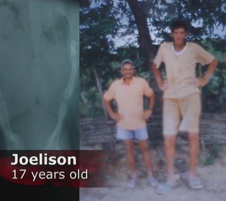 Ngay từ khi 17 tuổi, Joelison đã cao hơn hẳn bố