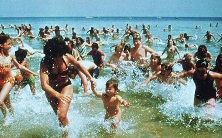 """Với những thước phim cận cảnh choáng ngợp đan cài trong cuộc chiến bất cân sức giữa con người và loài cá mập khổng lồ, """"Jaws"""" (1975) cuốn hút người xem tới từng giây phút. Và sau """"Jaws"""", cá mập cũng chính thức trở thành kẻ ác số một trong các tác phẩm hành động, kinh dị lấy bối cảnh trên biển cả."""