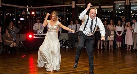 Vũ điệu cha con đã khiến đám cưới trở nên vui nhộn và đáng nhớ hơn bao giờ hết