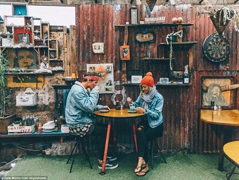 Bỏ nghề giặt thảm, chàng trai người Anh kiếm bộn tiền nhờ đi du lịch cùng bạn gái - 8