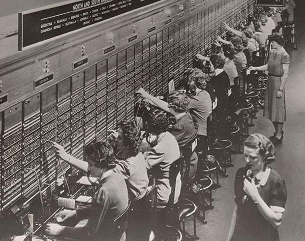 Bức ảnh này cho thấy công việc của các nhân viên chuyển cuộc gọi khi chưa có sự giúp đỡ của công nghệ.