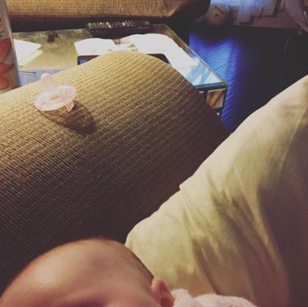 Không biết làm sao để lấy được điều khiển từ xa khi con đang ngủ say trên đùi mình