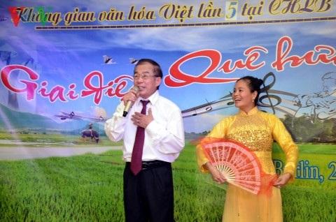 Ca sĩ Lê Xuân Đính hát Chèo.