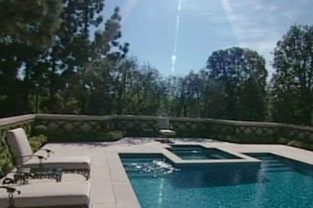 … và bể bơi ngoài trời