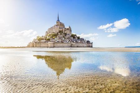 """Ít ai biết rằng, lâu đài hoa lệ Mont-Saint-Michel, nước Pháp chính là địa điểm truyền cảm hứng mạnh mẽ cho các họa sĩ của Disney vẽ nên tòa lâu đài Corona trong bộ phim """"Công chúa tóc mây"""""""